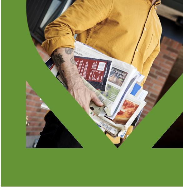 Billede af mand, der holder aviser og pap til genbrug